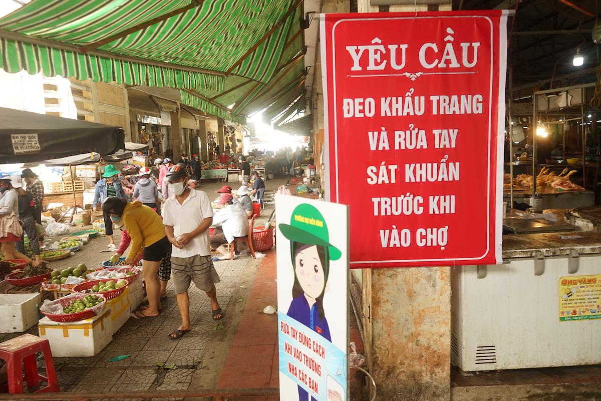Đảm bảo phòng dịch trong chợ Nại Hiên Đông. Ảnh: Gia Chính