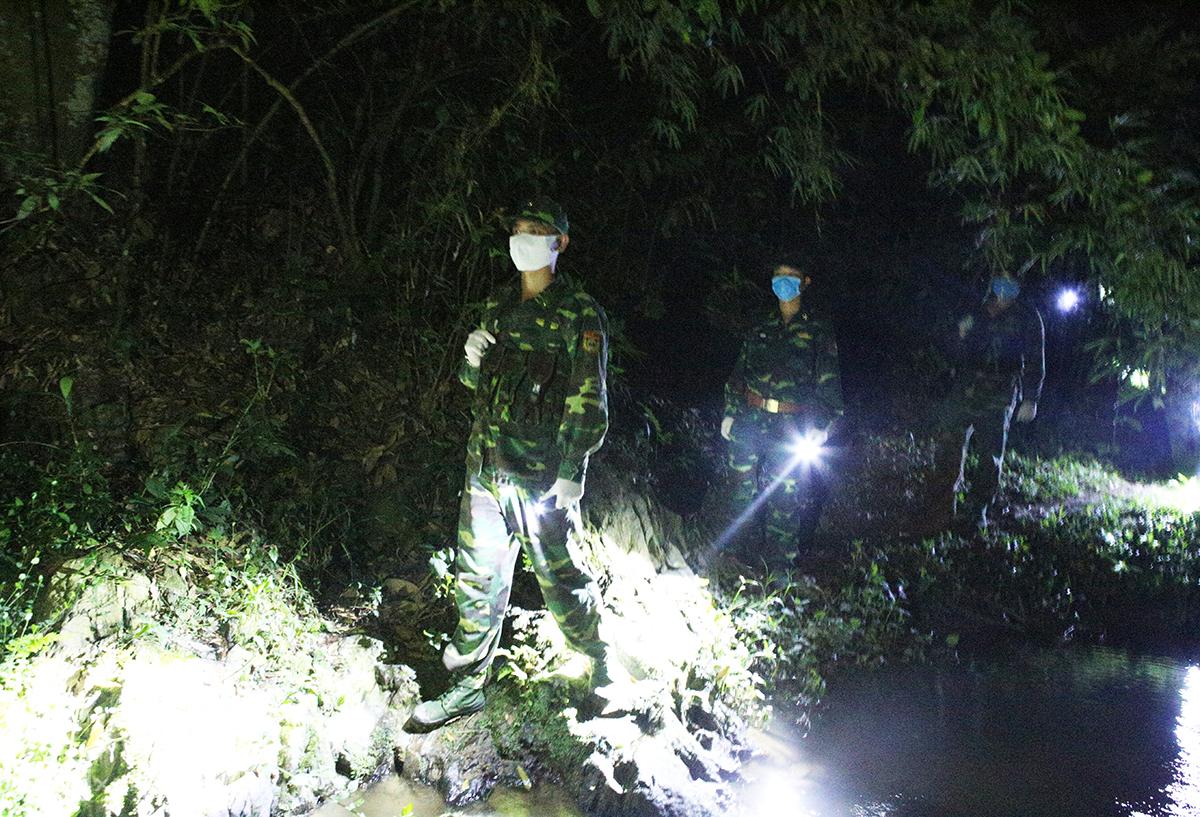 Chiến sĩ đồn biên phòng cửa khẩu quốc tế Nậm Cắn tuần tra ngăn người nhập cảnh. Ảnh: Nguyễn Hải.