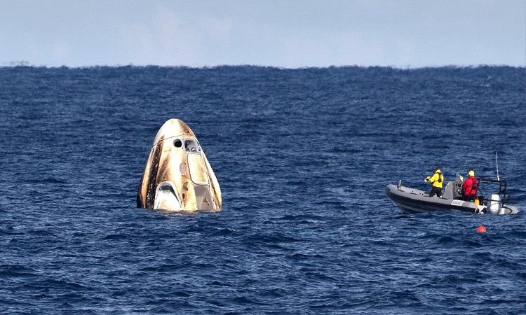 Đội thu hồi tới đón tàu Endeavour. Ảnh: NASA.