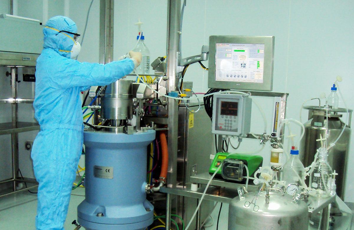 Nhà khoa học làm việc trong phòng thí nghiệm tại Viện IVAC. Ảnh tư liệu: Hữu Thái.