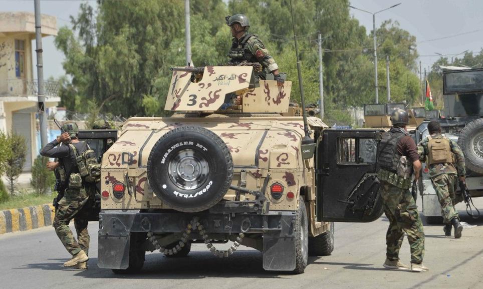 Binh sĩ Afghanistan triển khai bên ngoài nhà tù ở Jalalabad hôm 3/8. Ảnh: AFP.