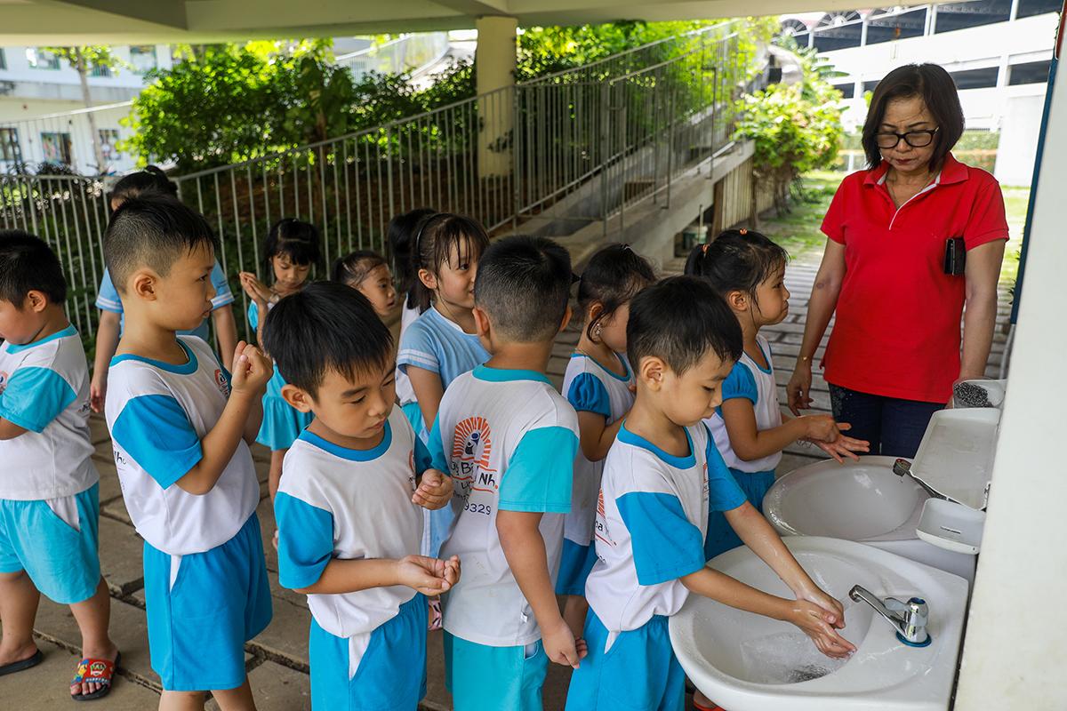 Trẻ mầm non trường Những bông hoa nhỏ (TP Biên Hòa) rửa tay phòng nCoV. Ảnh: Quỳnh Trần