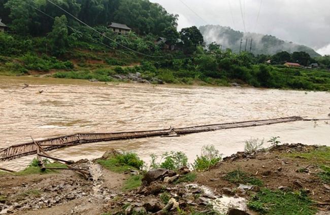 Cây cầu bắc qua bản Lầm bị lũ cuốn trôi. Ảnh: Lam Sơn.