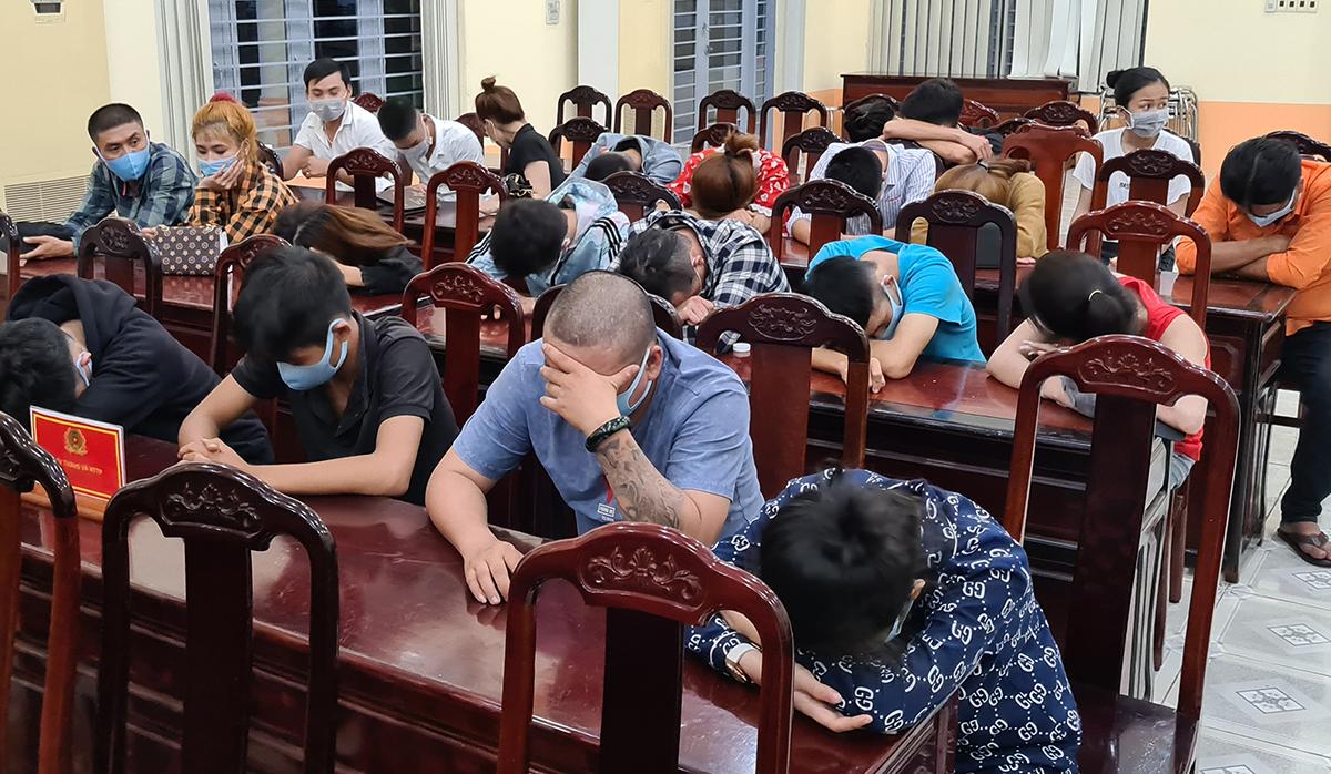Nhóm dân chơi được đưa về trụ sở Công an huyện Thống Nhất. Ảnh: Thái Hà