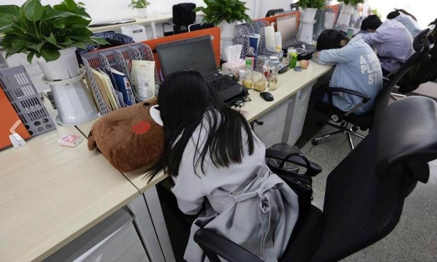 Nhân viên bất mãn vì bị giảm lương do Covid