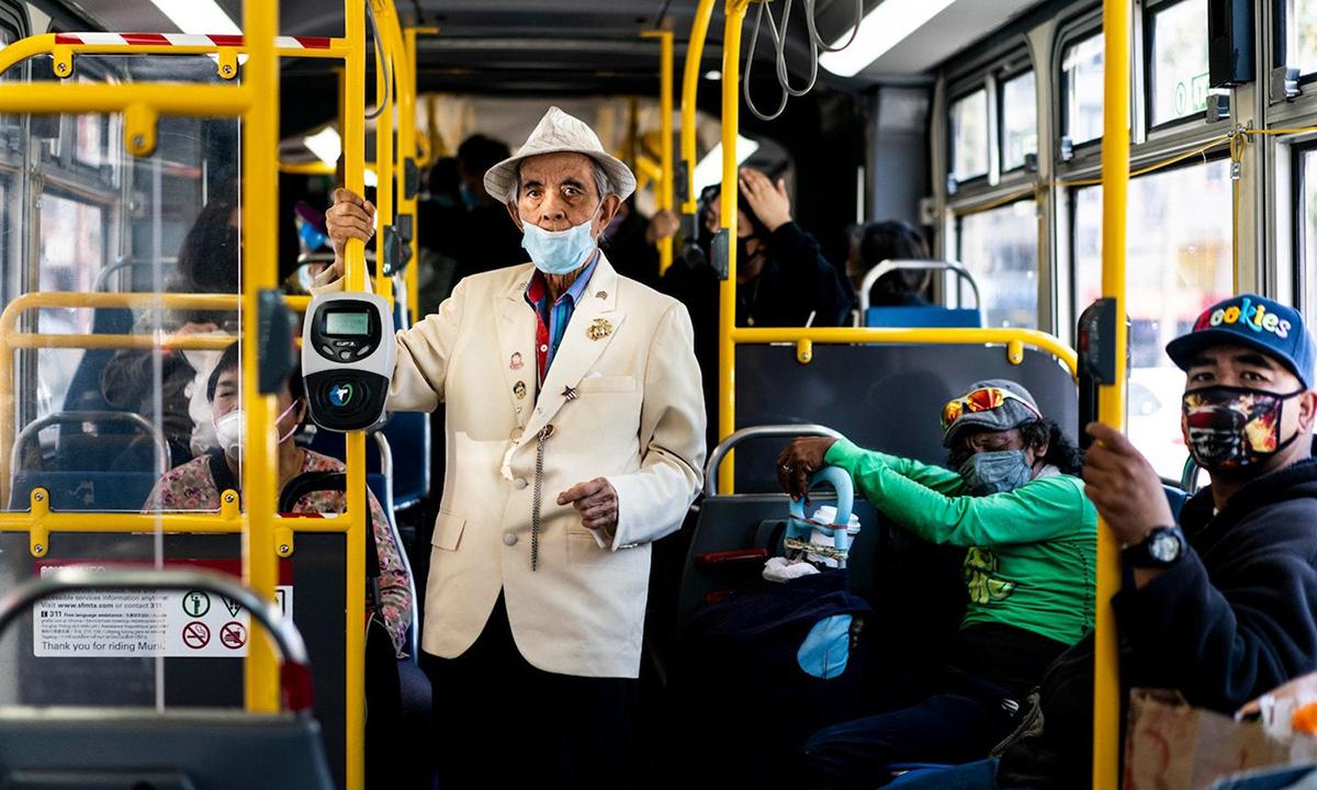 [Hành khách đeo khẩu trang trên một chuyến xe buýt ở khu phố Mission, thành phố San Francisco, bang California, hồi giữa tháng 7. Ảnh: Washington Post.