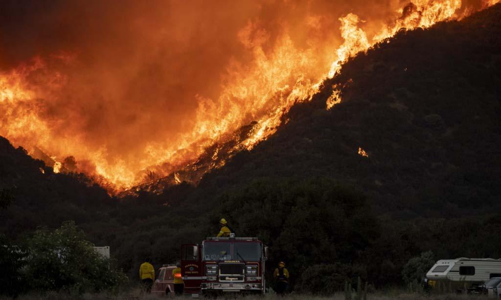 Các lính cứu hỏa được triển khai dập đám cháy Apple tại Banning, hạt Riverside, bang California, Mỹ, hôm 1/8. Ảnh: AFP.