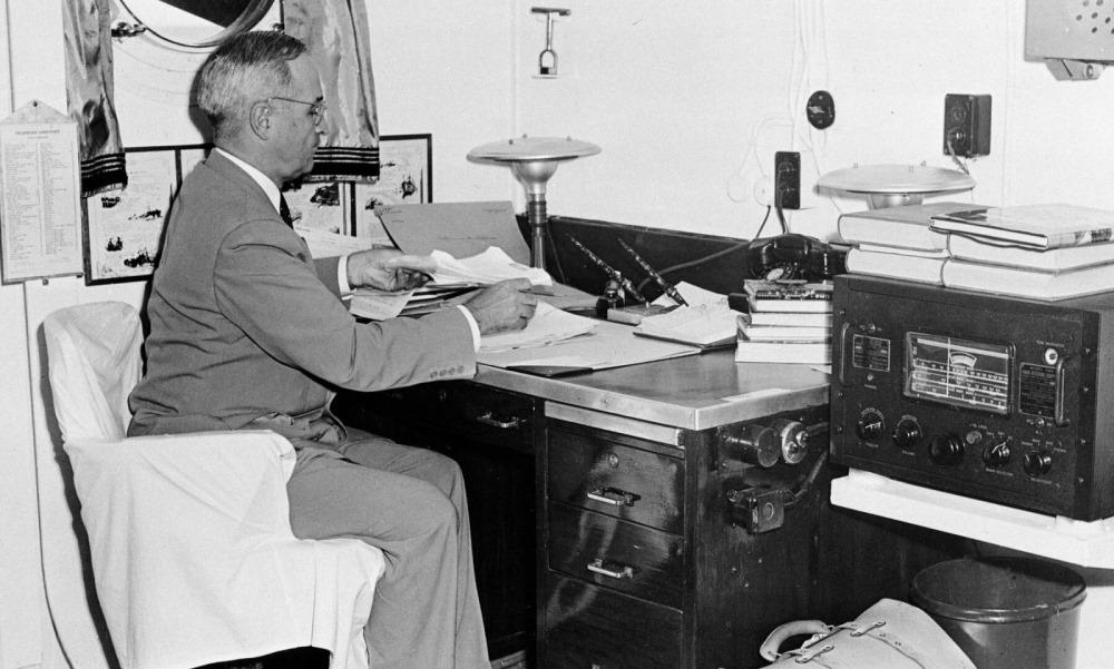 Tổng thống Truman đọc báo cáo về vụ thả bom nguyên tử đầu tiên. Ảnh: AP.