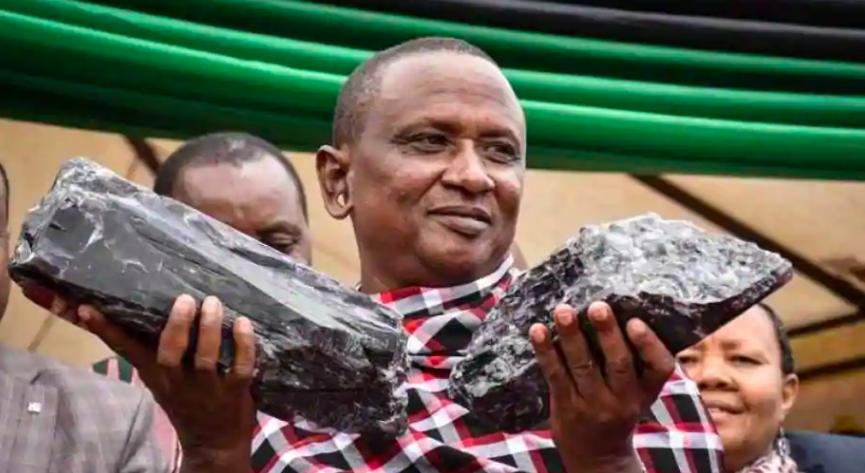 Thợ mỏ Saniniu Laizer và hai viên đá Tanzanite lớn đào được hồi tháng 6 ở Manyara, phía bắc Tanzania. Ảnh: AFP