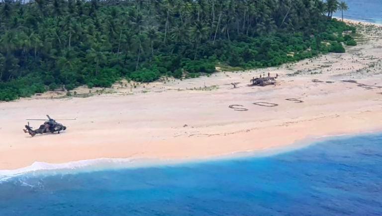 Trực thăng của hải quân Australia đỗ trên đảo Pikelot, Micronesia, sau khi phát hiện 3 thuỷ thủ viết chữ SOS kêu cứu. Ảnh: Australia Department of Defense