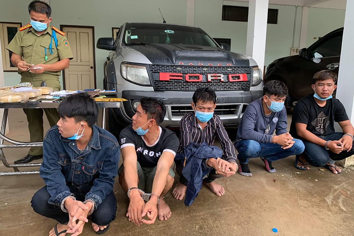5 người Lào bị bắt khi vận chuyển ma tuý đến sát biên giới. Ảnh: Biên phòng Quảng Trị