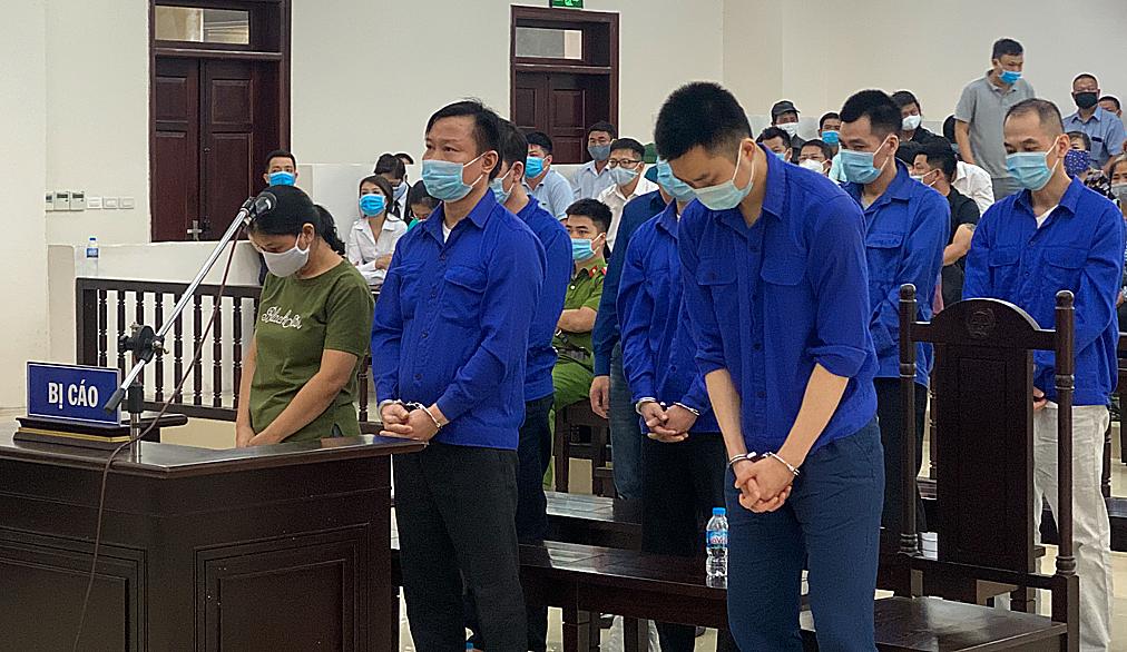 Lê Văn Quang (hàng đầu, bên trái) cùng các đồng phạm tại buổi tuyên án chiều 4/8. Ảnh: Văn Bình