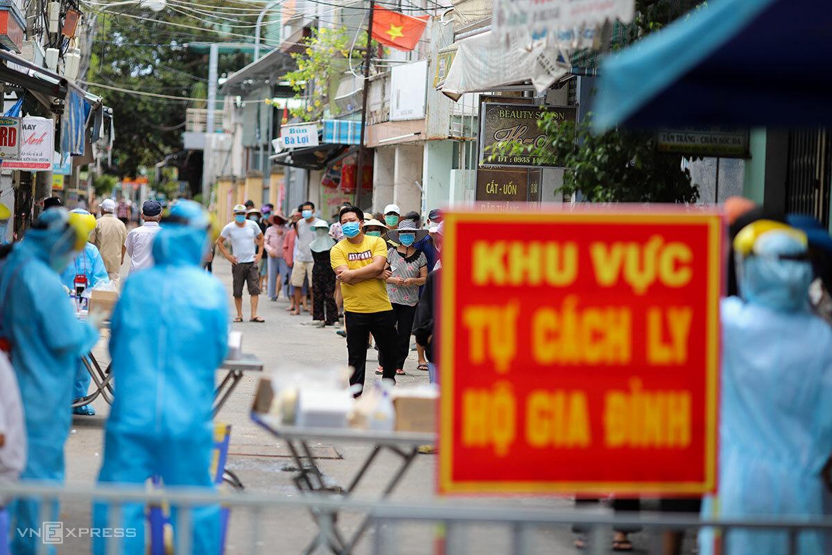 Người dân tại một khu vực có ca lây nhiễm nCoV xếp hàng lấy mẫu xét nghiệm, chiều 3/8. Ảnh: Nguyễn Đông.