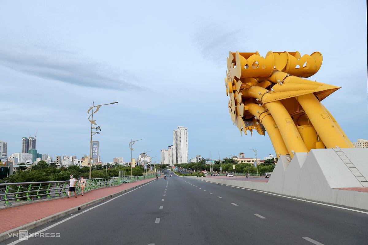 Đường phố Đà Nẵng vắng vẻ 10 ngày qua. Ảnh: Nguyễn Đông.