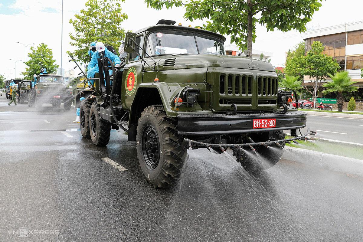 Quân đội thuộc Bộ Quốc phòng hỗ trợ phun khử khuẩn trên đường phố ở quận Sơn Trà (Đà Nẵng), chiều 3/8. Ảnh: Nguyễn Đông.