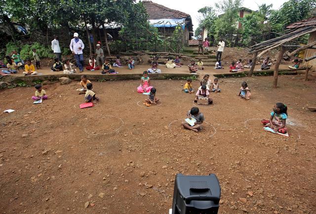 Trẻ em ngồi học qua loa ở làng Dandwal, bang Maharashtra, Ấn Độ, hôm 23/7. Ảnh: Reuters