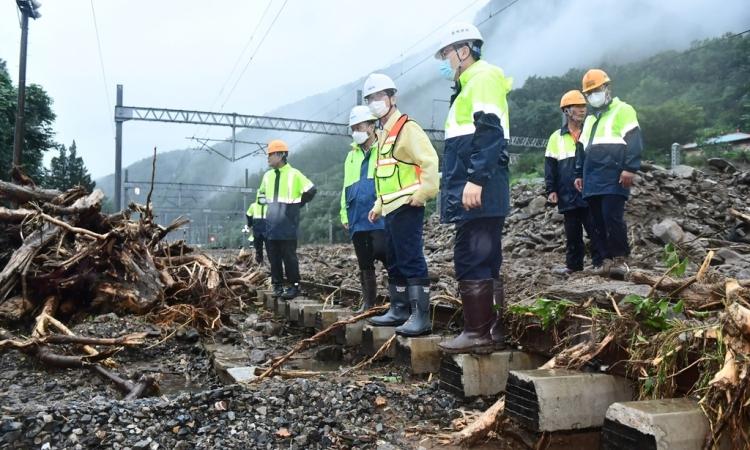 Quan chức đường sắt thăm tuyến Chungbuk ở tỉnh Bắc Chungcheong, Hàn Quốc, bị thiệt hại do mưa lớn hôm 4/8. Ảnh: Yonhap.