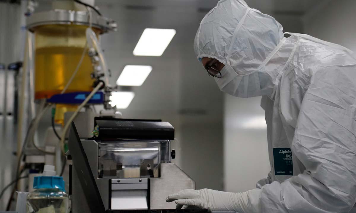 Một nhà khoa học nhập dữ liệu trong quá trình nghiên cứu vaccine Covid-19 tại một phòng thì nghiệm ở St Petersburg, Nga, hôm 11/6. Ảnh: Reuters.