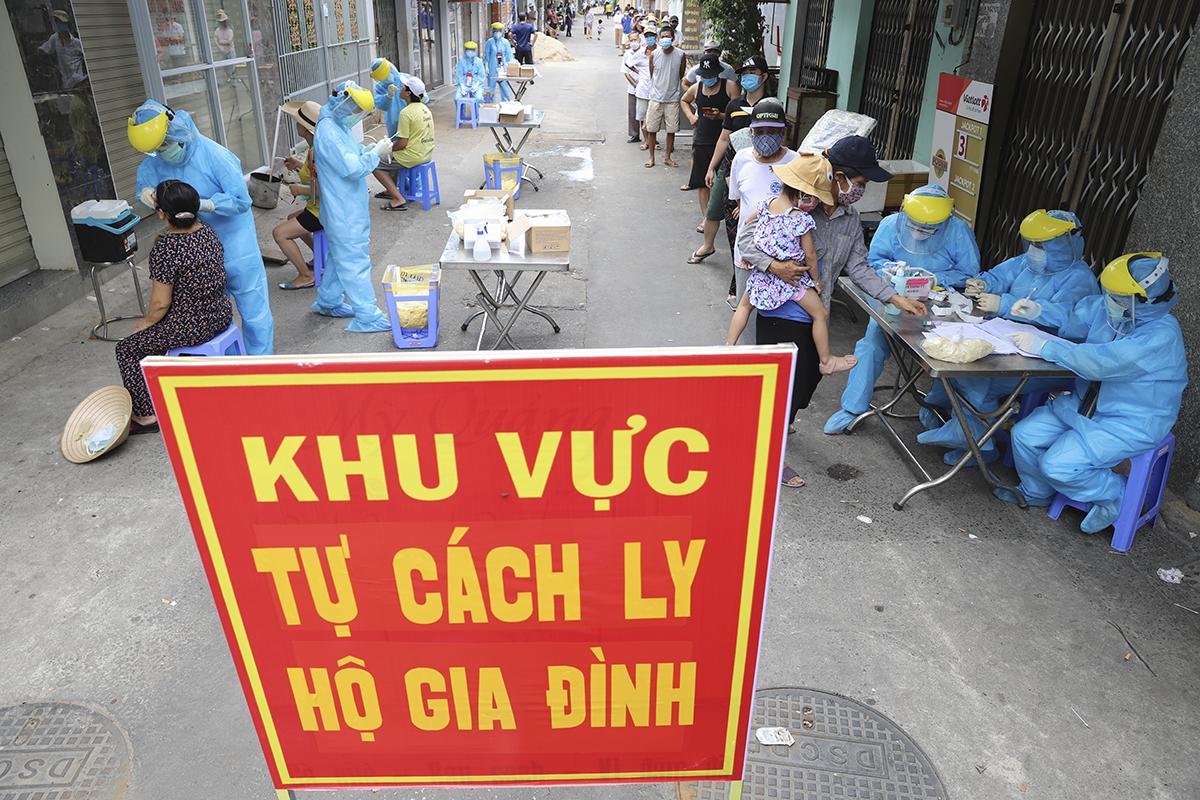 Nhân viên y tế lấy mẫu xét nghiệm nCoV tại quận Sơn Trà, chiều 3/8.