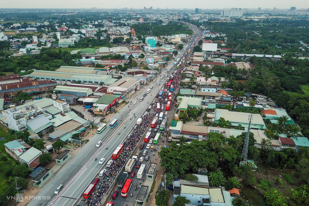 Kẹt xe trên quốc lộ 1A, đoạn qua huyện Bình Chánh, TP HCM trong ngày 2/9/2019. Ảnh: Quỳnh Trần.