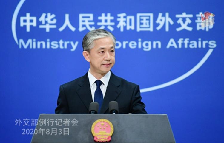 Phát ngôn viên Bộ Ngoại giao Trung Quốc Vương Văn Bân tại buổi họp báo ở Bắc Kinh hôm 3/8. Ảnh: Bộ Ngoại giao Trung Quốc.