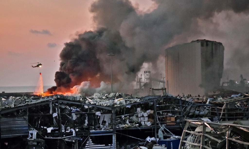Khói bốc lên tại hiện trường vụ nổ tại thủ đô Beirut, Lebanon, hôm qua. Ảnh: AFP.