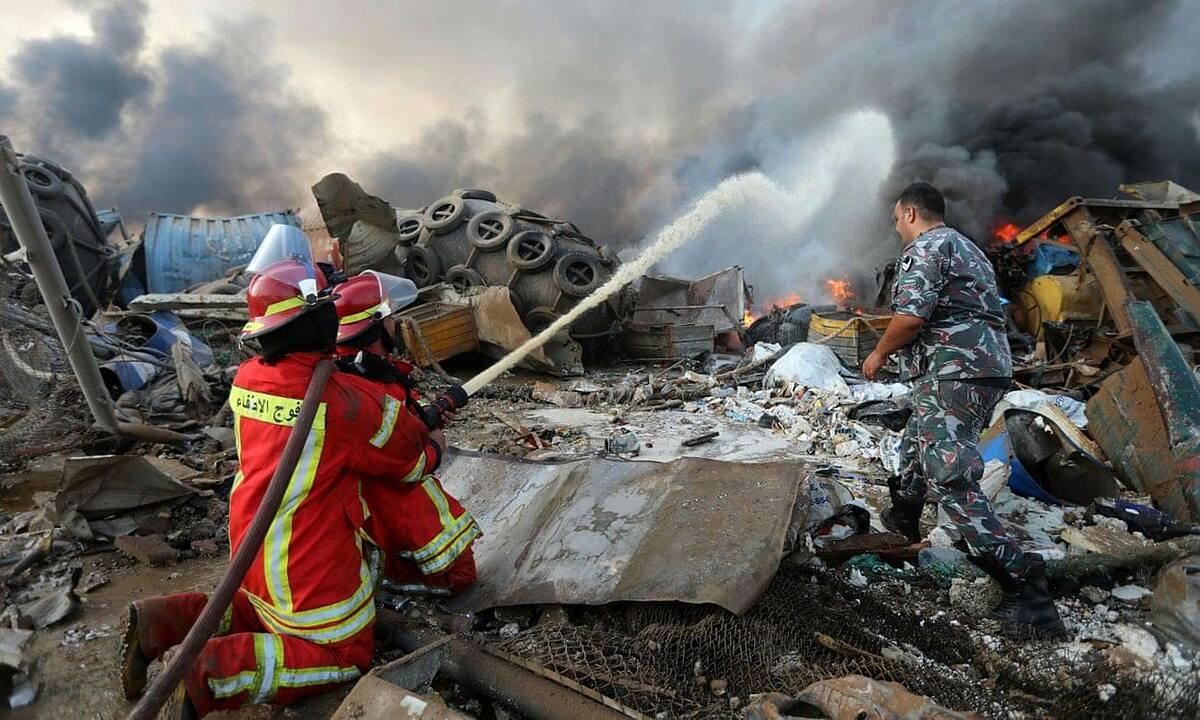 Lính cứu hoả nỗ lực dập tắt đám cháy sau vụ nổ ở Beirut ngày 4/8. Ảnh: Reuters.