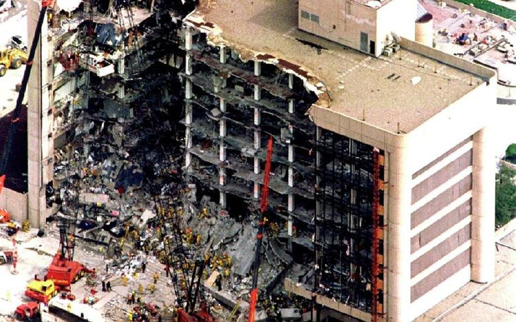 Một phần tòa nhà Alfred P. Murrah ở thành phố Oklahoma, Mỹ, bị thổi bay trong vụ đánh bom ngày 27/4/1995. Ảnh: Reuters.