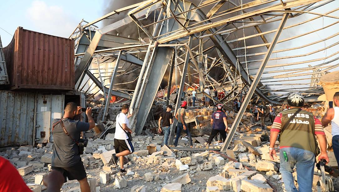 Người dân tìm kiếm người mắc kẹt sau vụ nổ hôm 4/8. Ảnh: AFP.