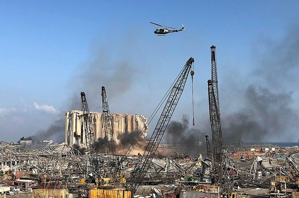 Trực thăng bay trên đống đổ nát ở Beirut ngày 5/8. Ảnh: Reuters.