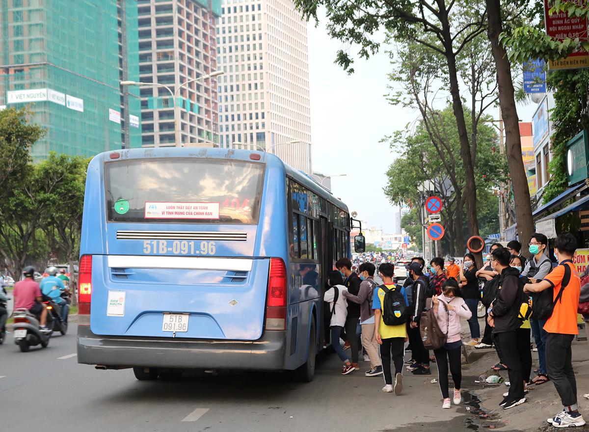 Trạm dừng xe buýt đối diện Đại học Hutech trên đường Điện Biên Phủ, đông người đi xe mỗi ngày nhưng không nhà chờ, vỉa hè nhếch nhác rác thải, hôm 3/8. Ảnh: Gia Minh.