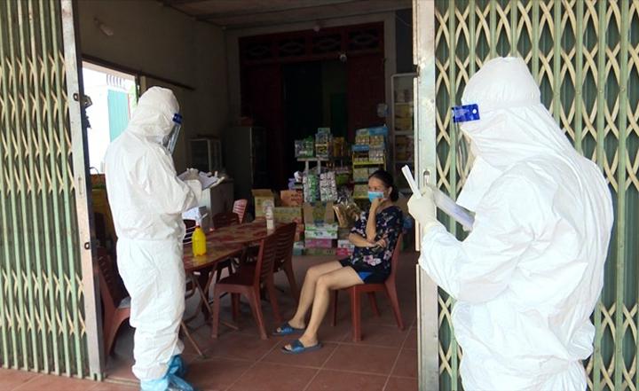 Nhân viên y tế kê khai và lấy mẫu xét nghiệm ở xã Yên Định, Sơn Động ngày 5/8. Ảnh:Nguyễn Hoà