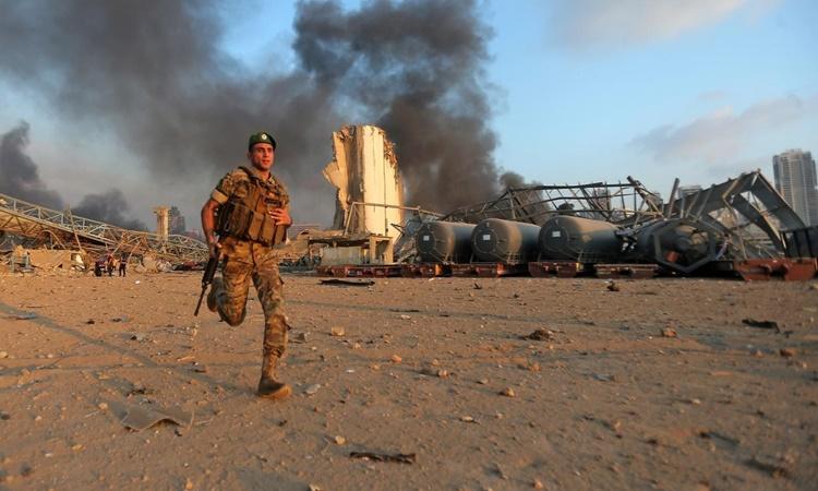 Khói đen bốc lên từ hiện trường vụ nổ ở Beirut, Lebanon, ngày 4/8. Ảnh: AFP.