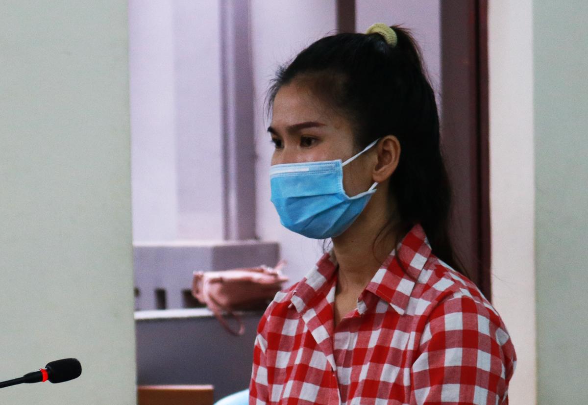 Phượng trước bục khai báo trong phòng xử án TAND tỉnh Bà Rịa - Vũng Tàu. Ảnh: Trường Hà.