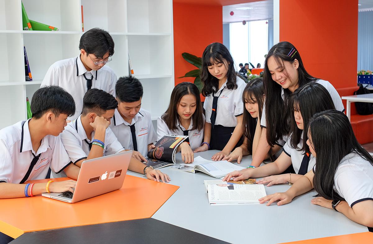 Học sinh cùng học nhóm tại khu vực tự học ở trường.