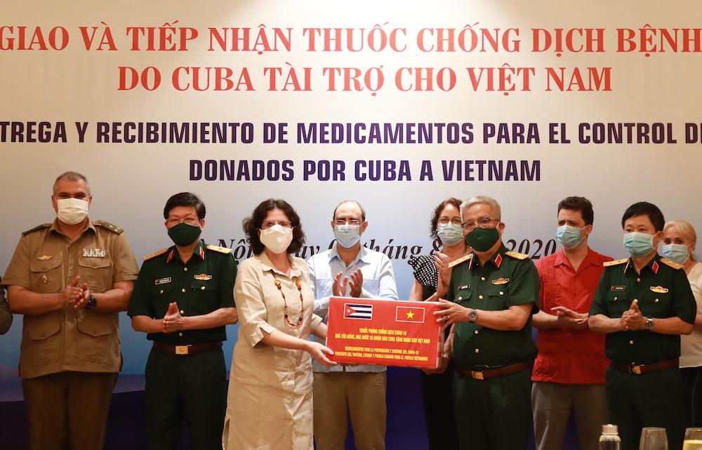 Đại sứ Cuba tại Việt Nam, bà Lianys Torres Rivera tặng thuốc interferon Alfa 2B cho Việt Nam chiều 5/8. Ảnh: Nguyên Hải