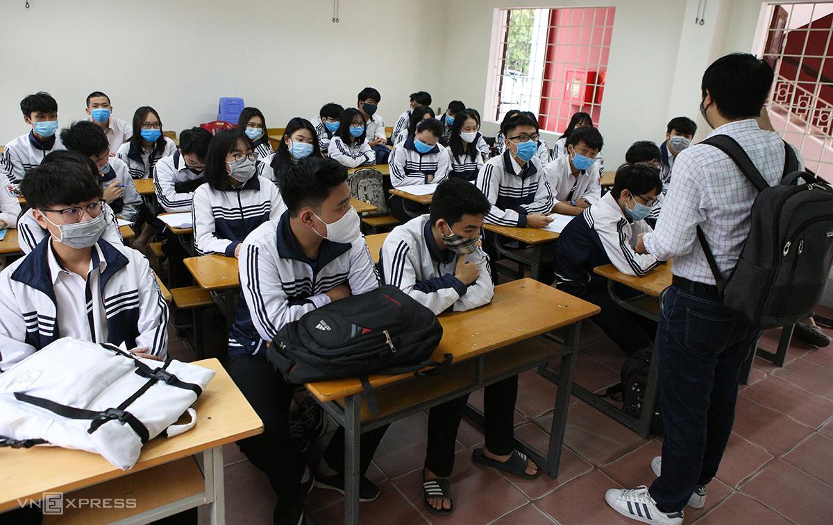 Học sinh THPT Nghệ An đeo khẩu trang lúc tới trường. Ảnh: Nguyễn Hải.
