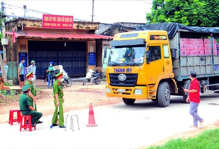 Một số tuyến đường xã Yên Định, Sơn Động bị phong toả để cách ly. Ảnh: Nguyễn Hoà