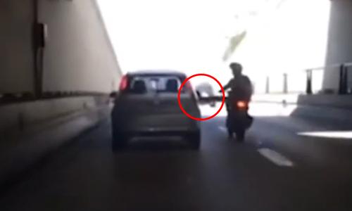 Thanh niên ngã văng vì đạp taxi - 3