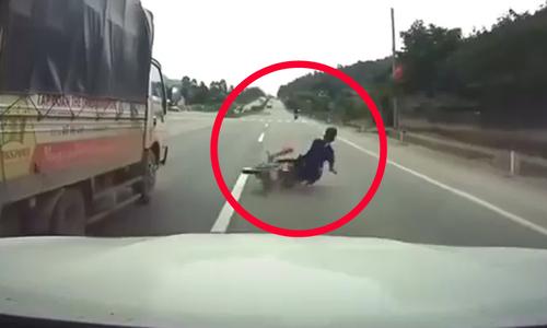 Thanh niên ngã văng vì đạp taxi - 2