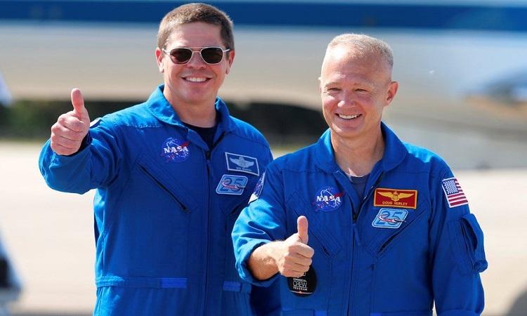 Phi hành gia Bob Behnken và Doug Hurley tại buổi lễ chào mừng hạ cánh ở Houston. Ảnh: Space.
