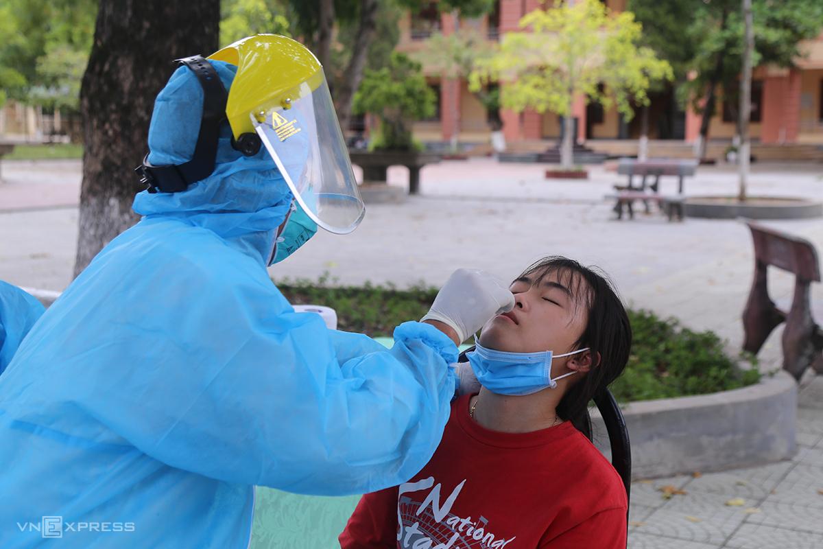 Nữ sinh lớp 12 trường THPT Hải Lăng được lấy mẫu để xét nghiệm Covid-19 do đi từ Đà Nẵng về. Ảnh: Hoàng Táo
