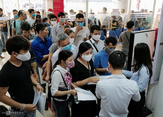 Dòng người ùn ùn vào lấy phiếu làm trợ cấp thất nghiệp tại Trung tâm Dịch vụ việc làm (Trung Kính, Cầu Giấy) ngày 11/6 . Ảnh: Ngọc Thành.