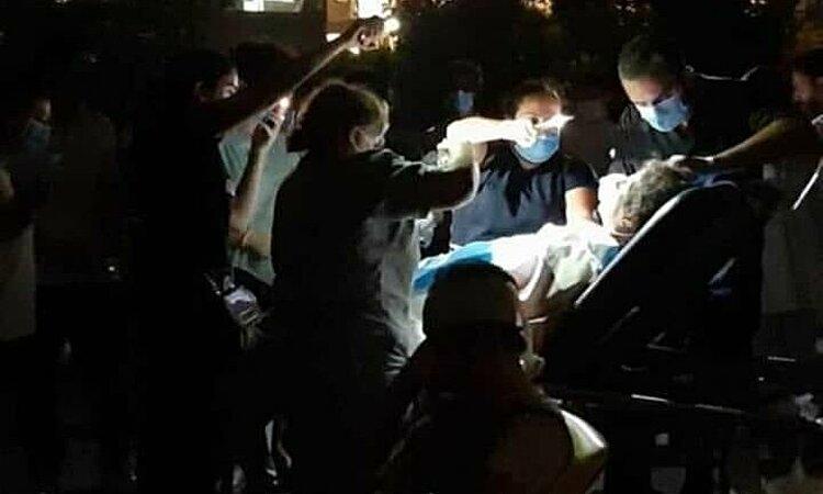 Nhân viên y tế ở bệnh viện St. George, Beirut, Lebanon, phải sử dụng đèn pin do bệnh viện mất điện sau vụ nổ lớn ngày 4/8. Ảnh: Twitter/Haitham Hreibe.
