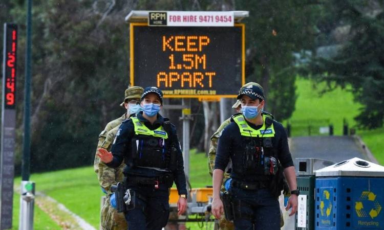 Sĩ quan Australia tuần tra trên đường phố Melbourne, bang Victoria, hôm 4/8. Ảnh: AFP.