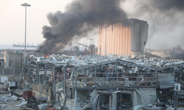 Khói bốc lên từ hiện trường xảy ra vụ nổ ở thủ đô Beirut, Lebanon, hôm 4/8. Ảnh: AFP.
