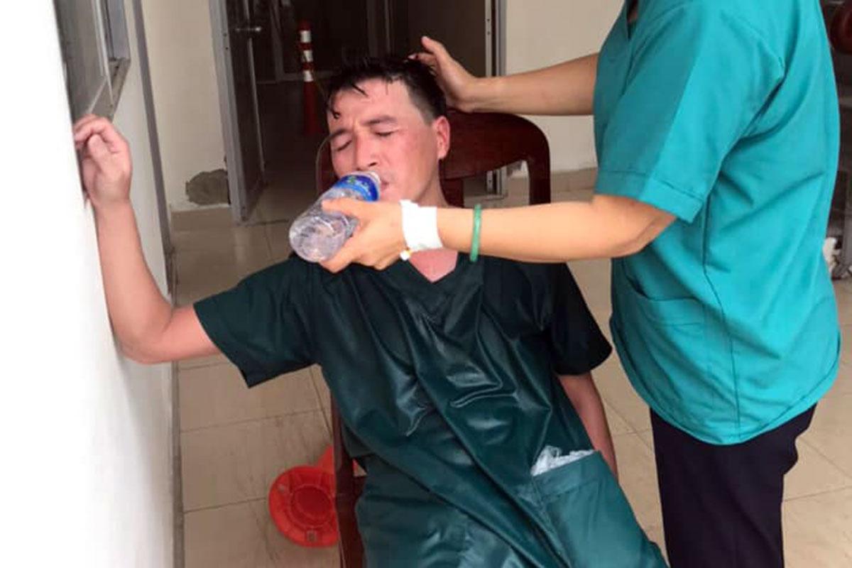 Nhân viên 115 Đà Nẵng bị sốc nhiệt, áo ướt đẫm mồ hôi vì mang đồ bảo hộ kín nhiều giờ liền. Ảnh: Bác sĩ Hồng cung cấp.