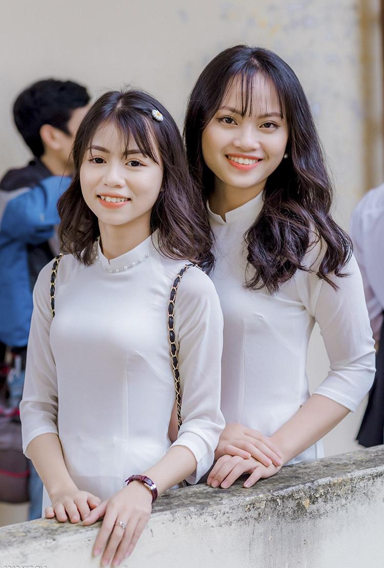 Thùy Dung (trái) và Minh Châu cùng là học sinh trường THPT Quỳnh Lưu I, Nghệ An. Ảnh: Nhân vật cung cấp.