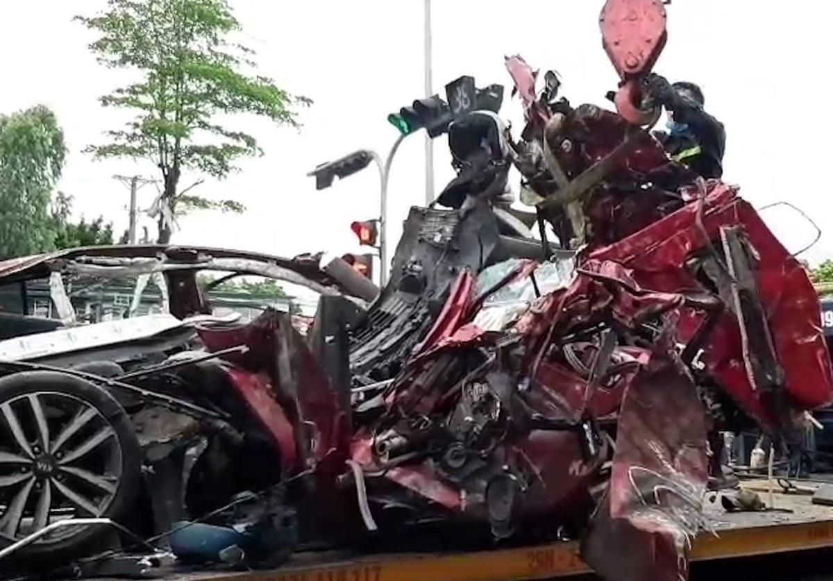 Chiếc xe 5 chỗ bị tông bẹp dúm. Ảnh:Sơn Quang