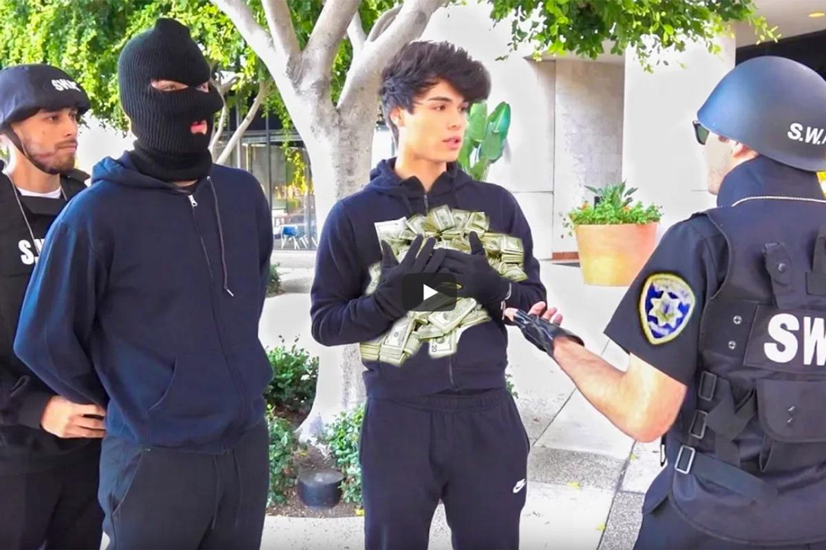 Alex (trái) và Alan Stokes bị cảnh sát cảnh cáo sau lần đầu thực hiện trò chơi khăm. Ảnh: Youtube.